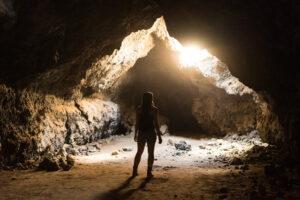 menschen reisen abenteuer höhle licht felsen_klein